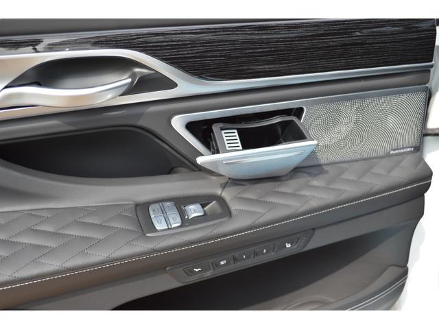 M760Li xDrive 正規認定中古車 スカイラウンジ エグゼクティブラウンジシート ダイヤモンドサウンド 前後マッサージ ナイトビジョン リアエンターテインメント シートヒーターエアコン レーザーライト ディスプレーキー(29枚目)