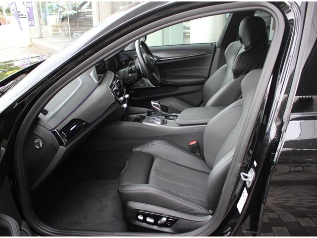 ・ホールド性の高いフロントシートは高さ調整機能