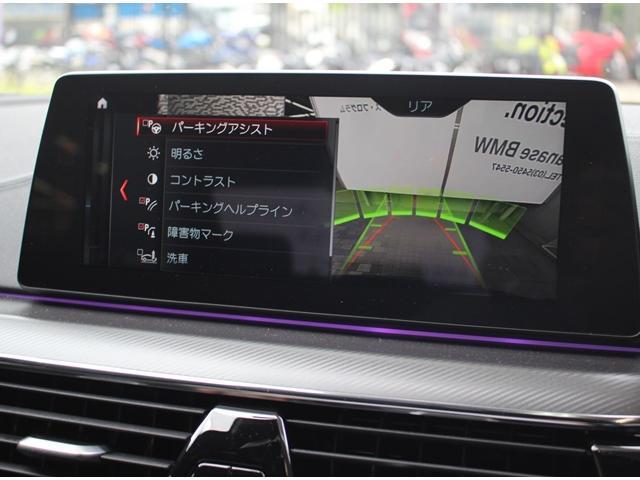 リヤ・ビュー・カメラはリバース・ギアを選択すると自動的に画面が切り替わります。駐車が苦手な方も予想進路表示機能でスムースな駐車をサポート致します。