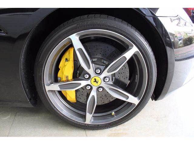 黒のボディーカラーに黄色のキャリパーがとてもカッコいい一台となっております。
