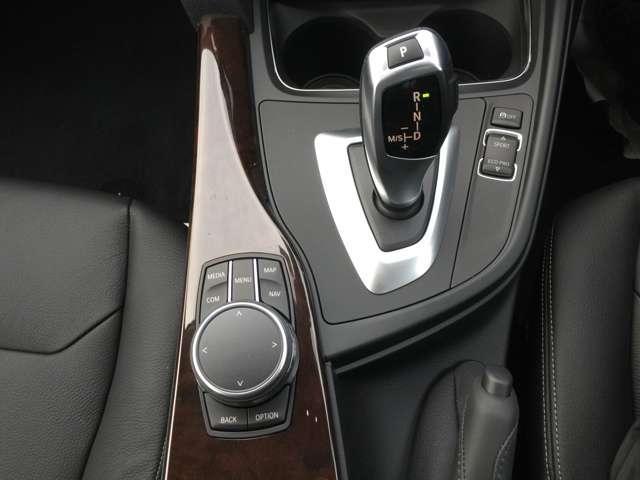 i-Driveで視線を落とさずナビの操作ができます。