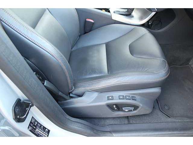 運転席ドアの全景です。電動格納ミラーのワンタッチ開閉、ロック開閉、全ての窓の自動開閉等が可能です。