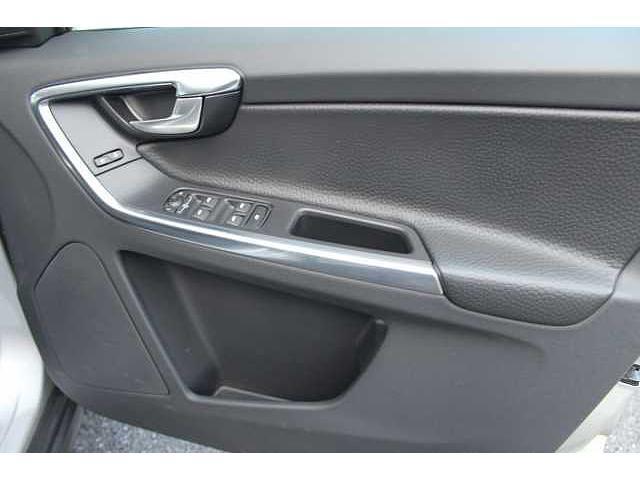本革ベースでデザインされたスタイリッシュな運転席ドアにもスピーカー搭載!電動格納ミラーのワンタッチ開閉、ロック開閉、全ての窓の自動開閉等が可能です。