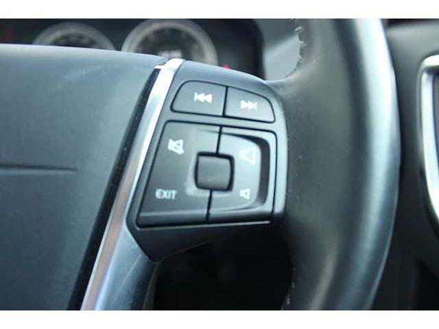 【SENSUS】ステアリング右側のボタンでは、オーディオなどの音量調整が行えます。