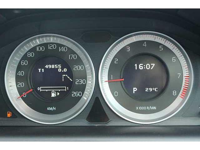 直感的にシンプルでわかりやすいメーターパネル。平均燃費や温度も表示します。