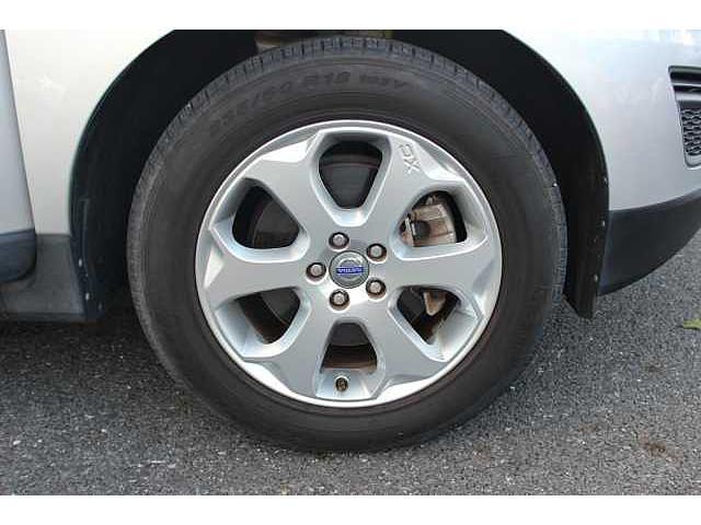 快適な乗り心地と確かなハンドリングを両立する17インチサイズのアルミホイール。