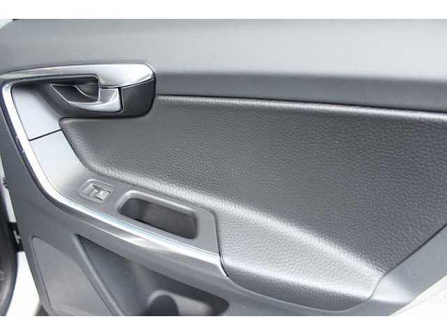 本革ベースでデザインされた、後部座席ドアの全景です。