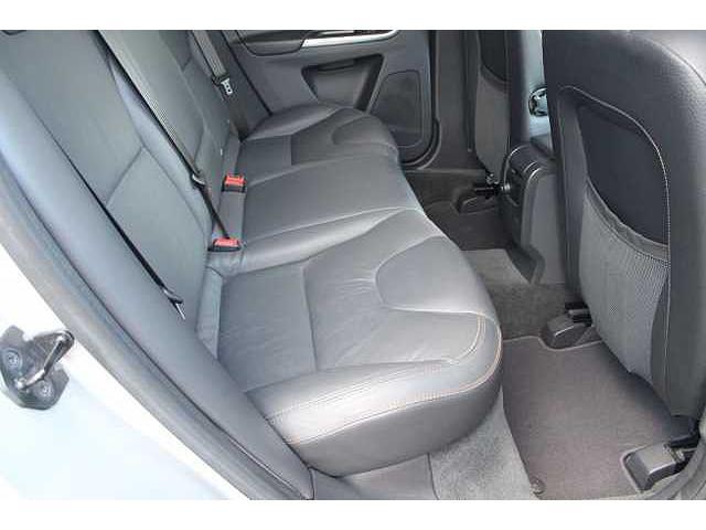 【リアシート】整形外科医の監修を受けて作られるボルボのシート。縦方向に長くとられた座面が膝裏をしっかりとサポートし、長距離ドライブでも疲労による姿勢のくずれ、体制移動をおこさせることはありません。