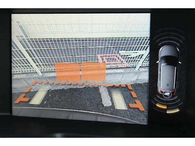 【リアビューカメラ】雨天時や夜間など、後方視界の確保が困難な時にも最適な駐車ラインをアナウンスしてくれます。