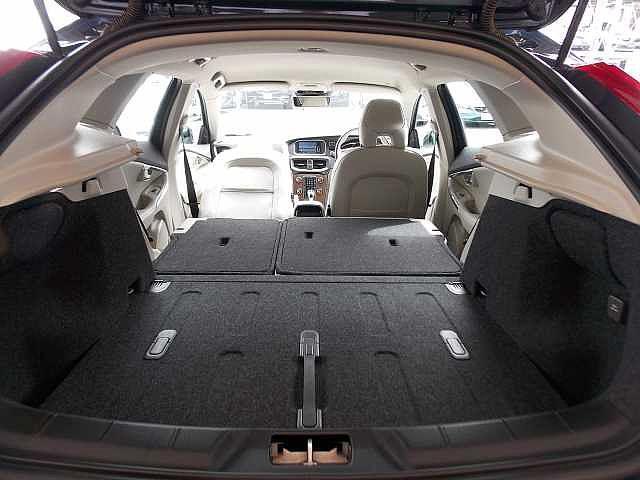 リアシート・助手席シートを倒すと長物の積載も可能です。お問い合わせはボルボ・カー八王子加藤潤一TEL:042-653-9877まで