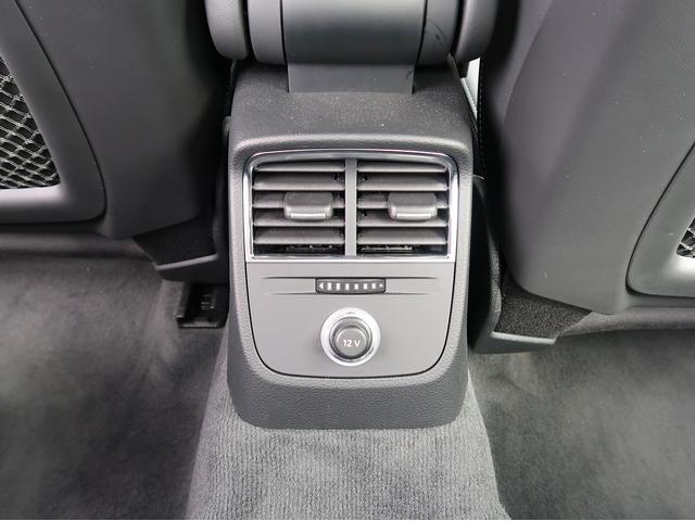 ●後部座席エアコン『エアコンの吹き出し口が後部座席にもございます。後部座席の方も快適にお過ごしいただけます。』