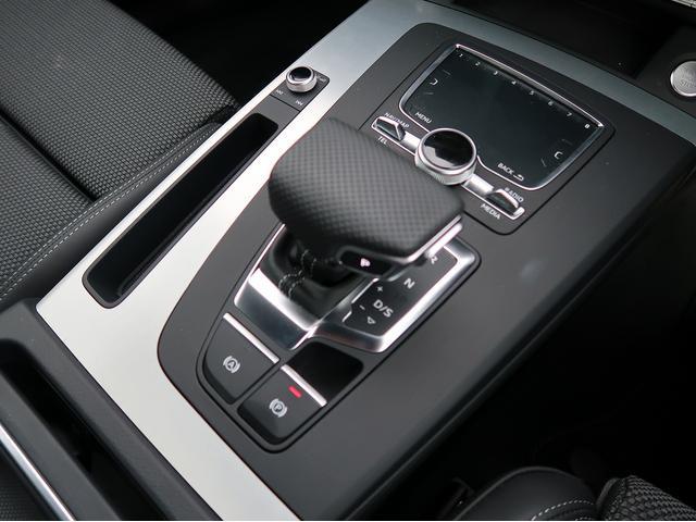 Audiが誇る高速トランスミッション。2組のクラッチを交互につなぎかえることで、電光石火かつスムーズなシフトチェンジを実現します。