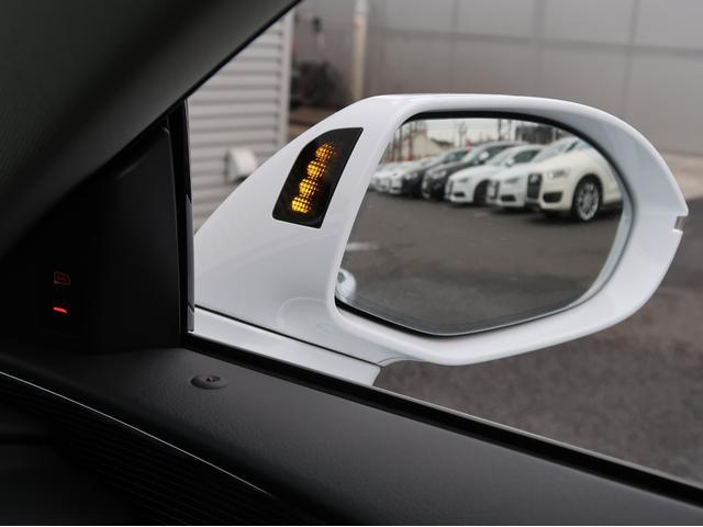 <アウディサイドアシスト>走行中にレーダーセンサーが後方の並走車を検出すると、該当する側のドアミラー内側のLED を点灯してドライバーに注意を促します。