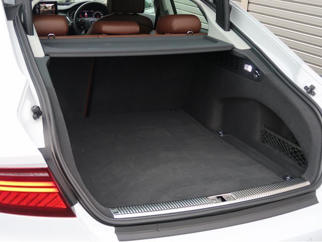 ●凹凸が少なく使いやすいラゲッジスペースと、そこに敷かれる上質なカーペットはAudiならではです。