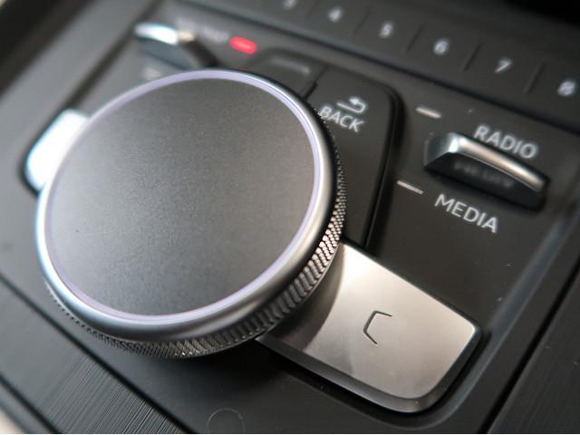 ●MMI『マルチメディアインターフェースを使用して、ナビやオーディオの操作を行います。ナビの設定、ジュークボックスやTVの切り替えなどすべての操作がお手元で可能です。』