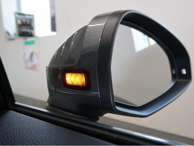 LEDのターンインディケーターを内蔵したドアミラー。対向車からの視認性が良い為、安全面でもご安心してお乗りいただけます。