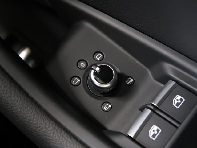 〈電動格納ドアミラー〉スイッチでミラーの角度調整を行っていただけます。Audi車はこういったスイッチの操作感触にこだわりをもっています。