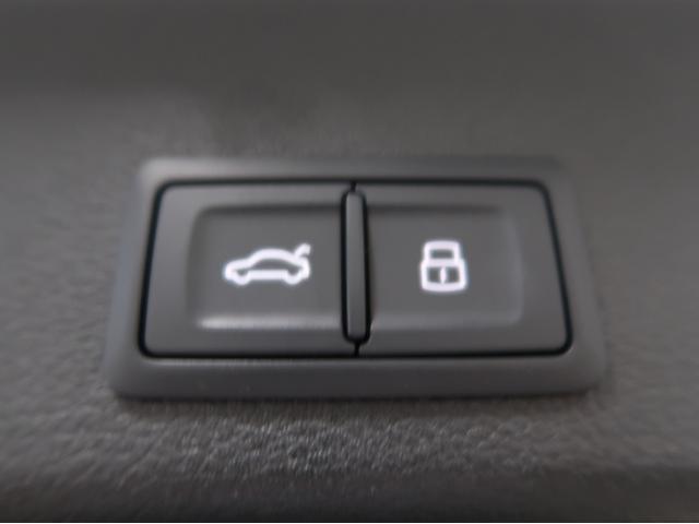 〈オートマチックテールゲートボタン〉ボタンひとつでラゲッジドアをお閉めいただくことが可能です。同時に全ドアをロックすることも可能なため、荷物を持ちながら鍵を閉める必要がなく便利です。