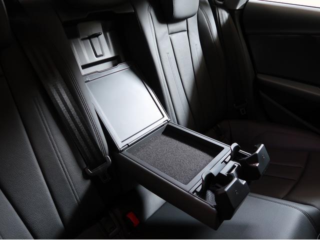 リヤシートにもドリンクホルダーが収納されており、小物入れがついております。