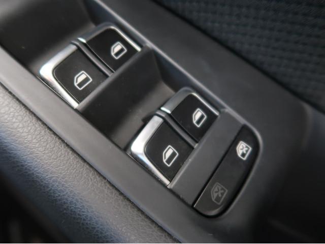 ●パワーウィンドウスイッチ『使用頻度が多い運転席側のスイッチまわり。目立つ傷や汚れ等は無く、きれいな状態を保っております。』