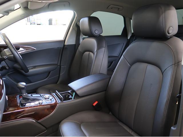 フロントは電動パワーシートのため楽に座席の調整を行っていただけます。