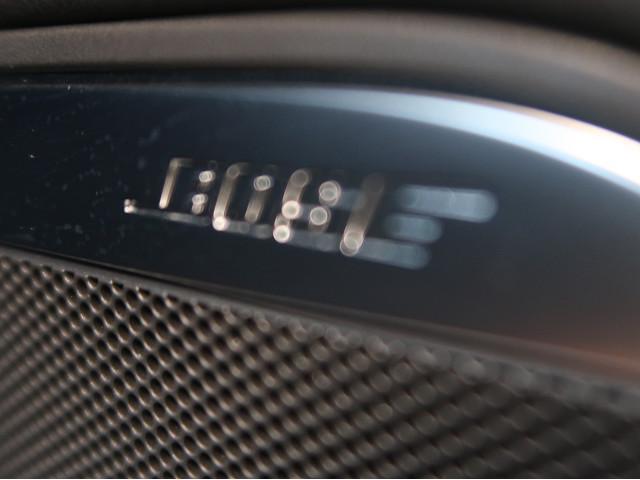 〈BOSEサウンドシステム>プレミアムサウンドメーカーとして定評のある同社が、車内の音響解析からコンポーネントの選択、配置まで、そのモデルに最適な設計を施しています。