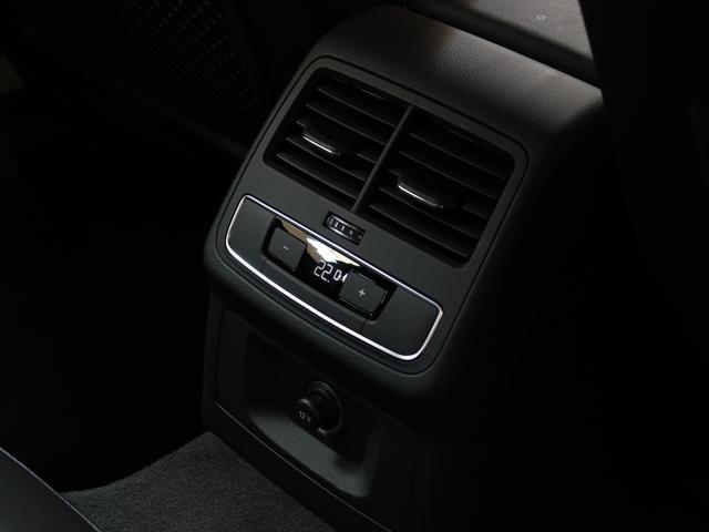 リアスペースにも独立したエアコンがあり温度設定も可能です。