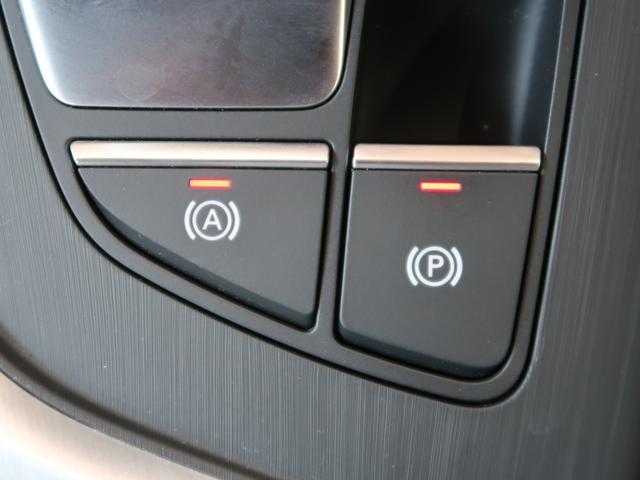 レバーを引くだけでパーキングシフトに入ります。また緊急時、助手席の方にもブレーキをかけることができるため、安全面でも高い機能性となっております。
