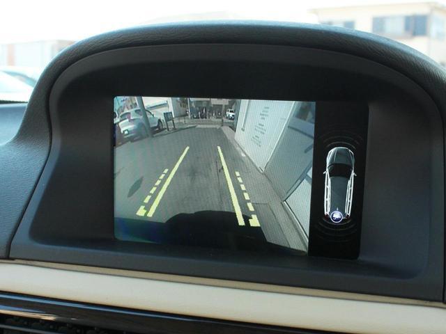中長距離レーダー、赤外線レーザー、デジタルカメラで前方150mまでの人や車両を監視して衝突の危険性を知らせ、最終的にはオートブレーキを作動させます。