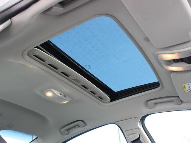 車内を明るく保つガラスルーフは、日照時間が少ない北欧の人々には欠かせない装備です。電動チルト式ですので、ワンタッチで開閉が可能。お天気のいい日はガラスを開けてドライブはいかがでしょうか。