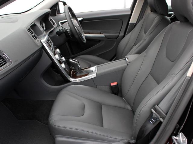整形外科医との共同開発のシートを採用し、長時間のドライブでも背中や腰への負担を軽減致します。