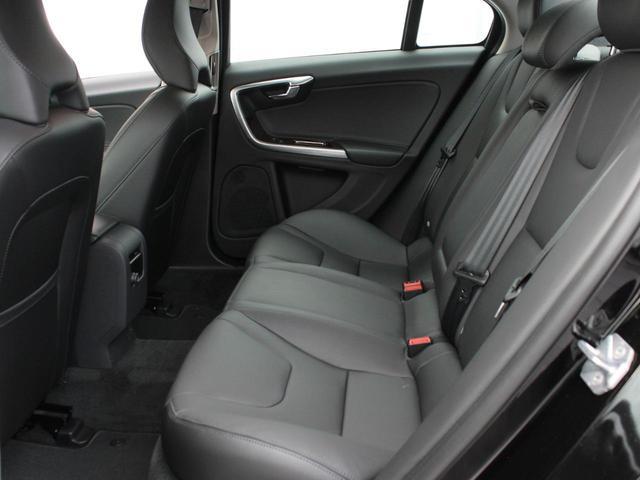 立体的に作られたリアシートで後部座席の乗員も圧迫感なくゆったりとしたドライブを楽しむことができます。