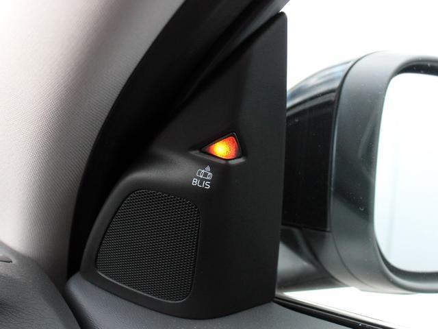 死角に入る車を感知するBLIS(ブリス)は、車線変更時の危険を回避してくれる機能です。