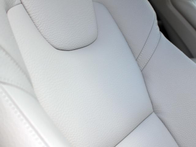 レザーパッケージ装備でグレージュカラーの綺麗な内装に仕上がっています。前席にはシートヒーターと電動調節機能が付いています。