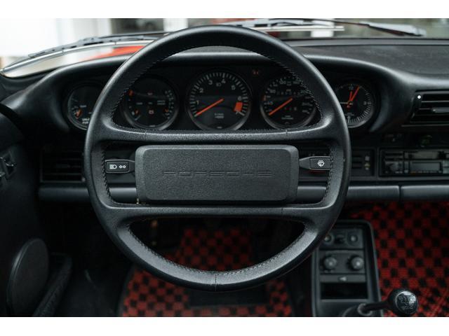 964と比べると容量が少なく感じるトランクルームですが911乗りの方はリヤシートを荷物置き場にされる方が多いためあまり気にならないようです。純正の工具も揃っています。