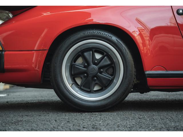 シンプルなメーターコンソールとエアバッグのないステアリングホイールはドライビング時にタイヤの挙動を感じやすくスポーツドライビイングで人馬一体感を味わえる大切なパーツであるとを再確認できます。