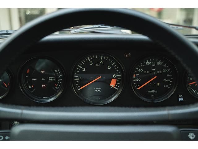 シンプルな5連メーターの中心にある回転形がレーシーさを増しています。レースを中心に車を作ってきたポルシェならではの哲学が随所に反映されている930カレラは歴史的価値の高い911だと思います。