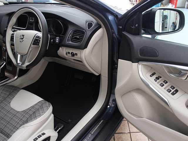 ボルボ ボルボ V40 クロスカントリー D4 Momentum 当店試乗車