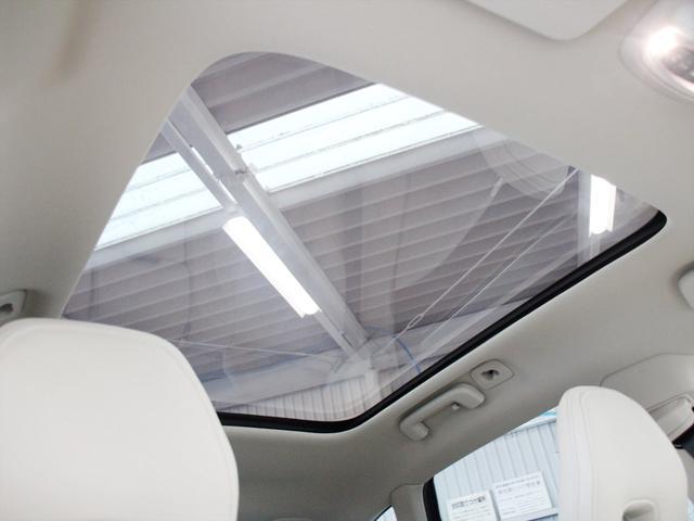 パノラマ・ガラスルーフを装備 ルーフそのものは開閉できませんが、後席の頭上まで日光を取り込む事ができます