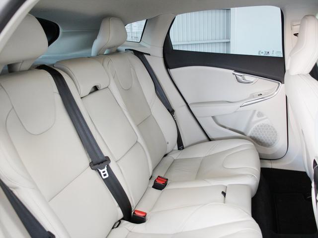 フロントシート同様に身体を包み込むようにつくられたリアシート ここまではっきりと作られているのはV40シリーズのみだと思います