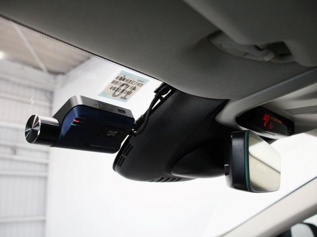 フロントウィンドウにはボルボ純正の新型ドライブレコーダーを装備 録画データはスマートフォンとWi−Fiを経由して確認できます