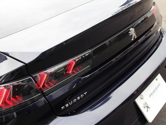 ボディの幅いっぱいに広がるブラックアクセントに浮かび上がる赤い爪痕のイメージのテールランプ