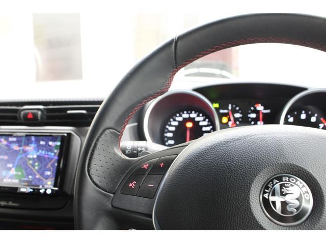 オーディオコントローラー付スポーツレザーステアリングはステアリングリモコンも装備しております。