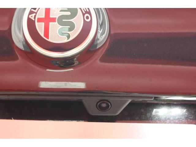 バックカメラも標準装備。パーキングセンサーと同時に活用することでより安全に駐車可能です。