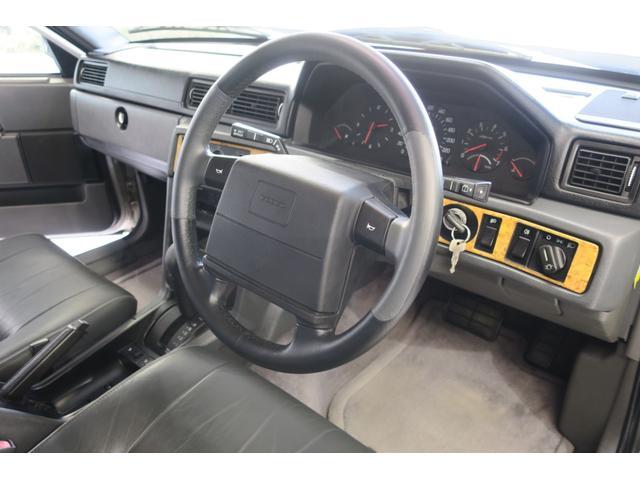 ドライバー席全景。本革ステアリングも綺麗です。