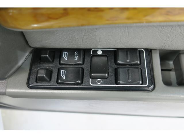 ドライバー席ウィンドウ集中スイッチと、ドアミラーコントローラー。