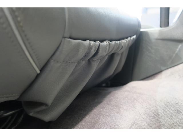 ドライバー席下の小物入れ。ヘタリありません。
