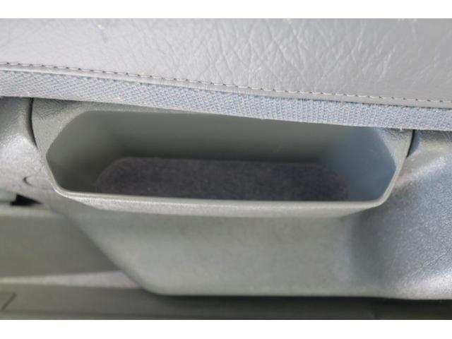 パッセンジャー席横の小物入れ。