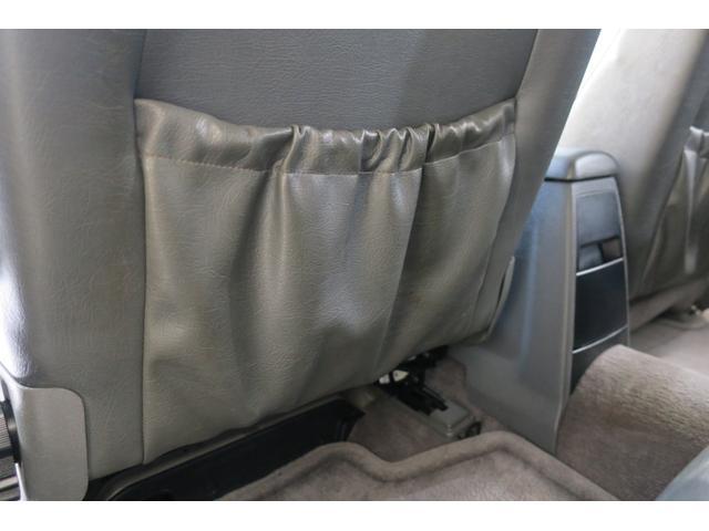 パッセンジャー席後ろのポケット。たるみありません。