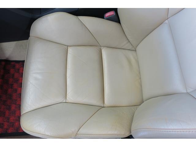 パッセンジャー席座面。厚みのある革を使用している為、とても座り心地が良いです。